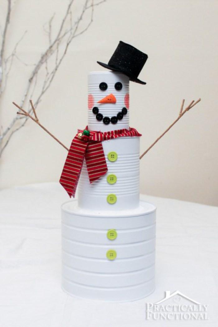 Muñeco de nieve con latas de aluminio